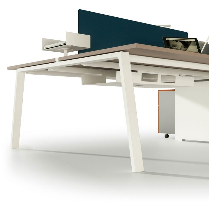 dettaglio scrivania operativa moderna con divisoria alpha wood